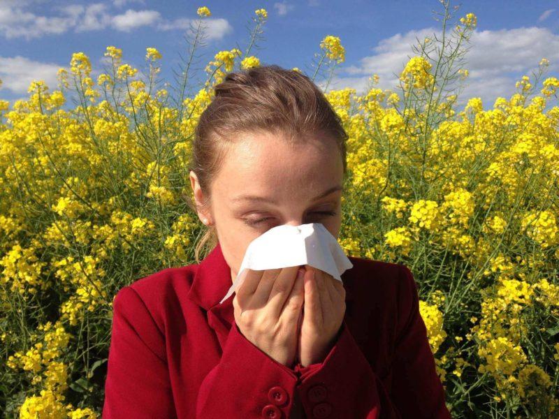 Frau mit Heuschnupfen Allergie